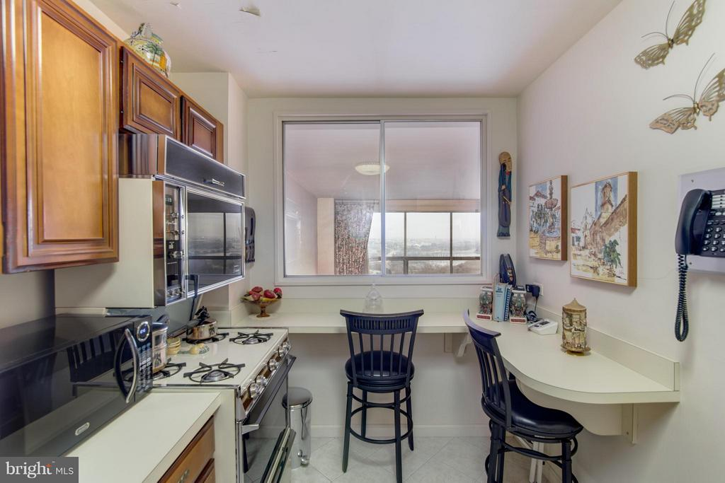 Kitchen w/breakfast bar - 1200 NASH ST #830, ARLINGTON