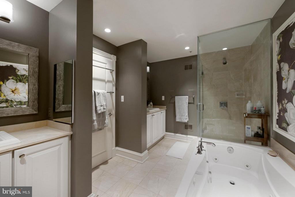 Double vanities with storage and a walk-in shower - 711 UNION ST S, ALEXANDRIA