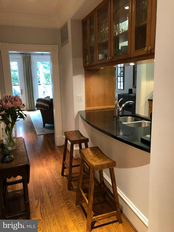 A breakfast bar w/counter top overhang in kitchen - 711 UNION ST S, ALEXANDRIA