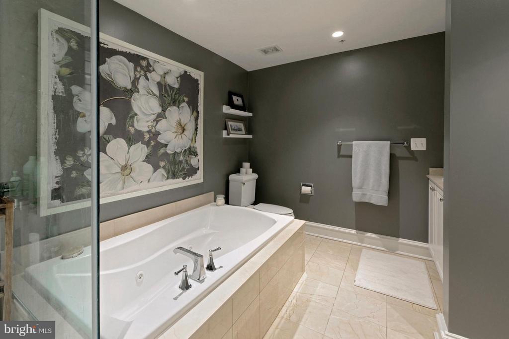 An ensuite master bath with large soaking bathtub - 711 UNION ST S, ALEXANDRIA