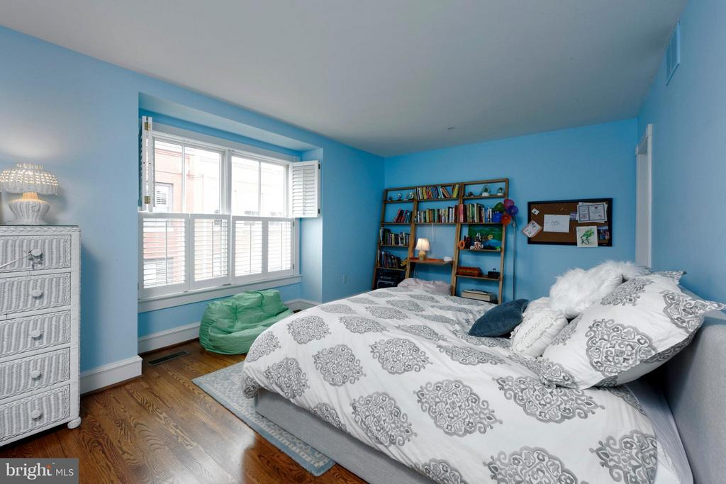 A sizable bedroom with large window and HW floors - 711 UNION ST S, ALEXANDRIA