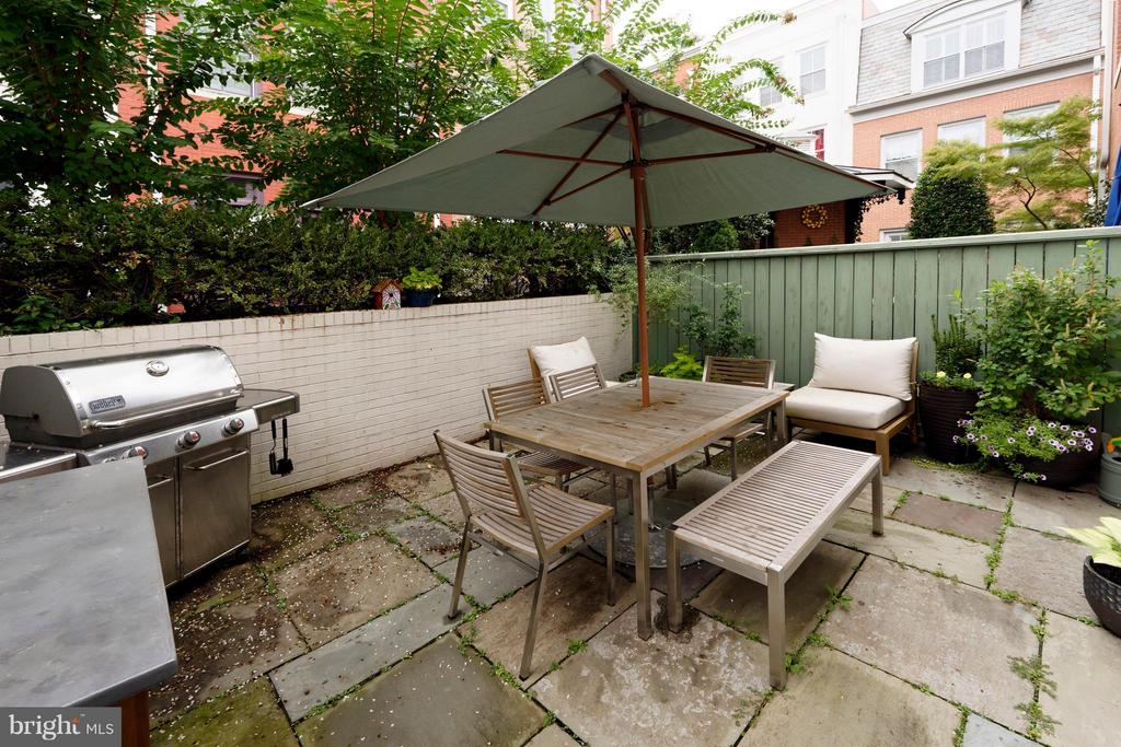 A private stone patio with mature plantings - 711 UNION ST S, ALEXANDRIA
