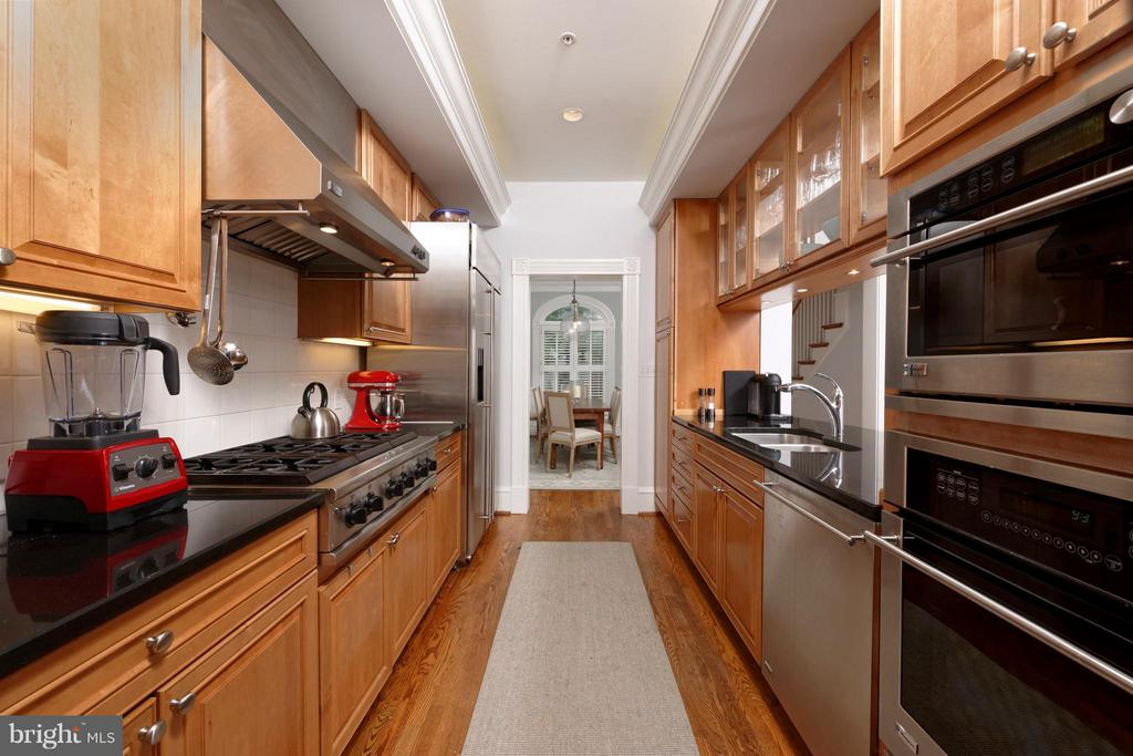 Stainless-granite kitchen with 6 burner gas stove - 711 UNION ST S, ALEXANDRIA