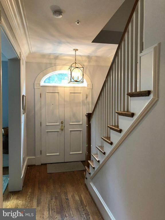 An arched transom adds to the detail throughout - 711 UNION ST S, ALEXANDRIA