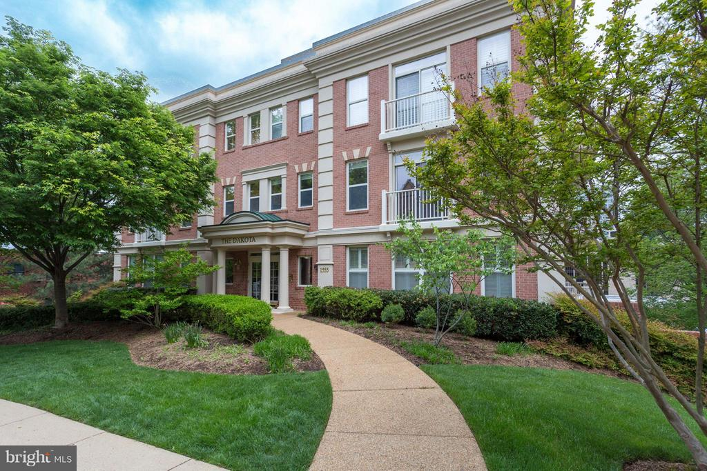 Well Set Back From Colonial Terrace - 1555 COLONIAL TER #501, ARLINGTON