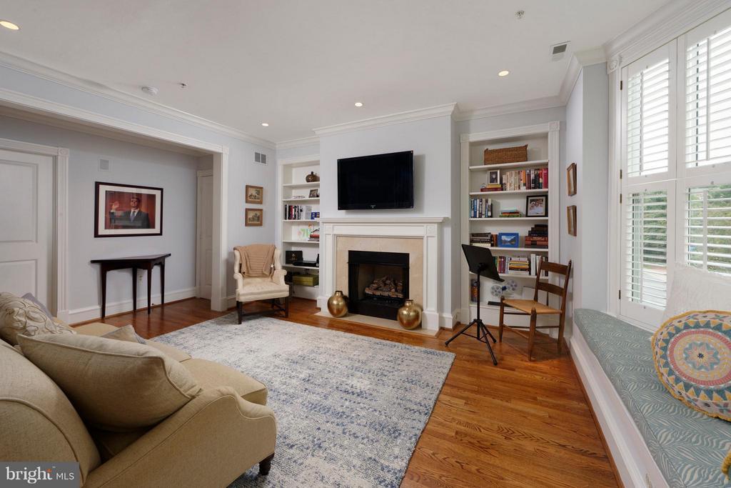 Featuring custom bookshelves and hardwood floors - 711 UNION ST S, ALEXANDRIA