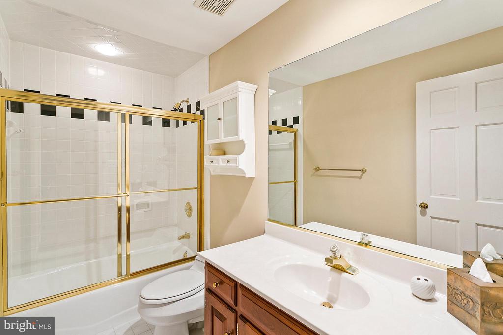 4th level loft Bath - 3008 WEBER PL, OAKTON