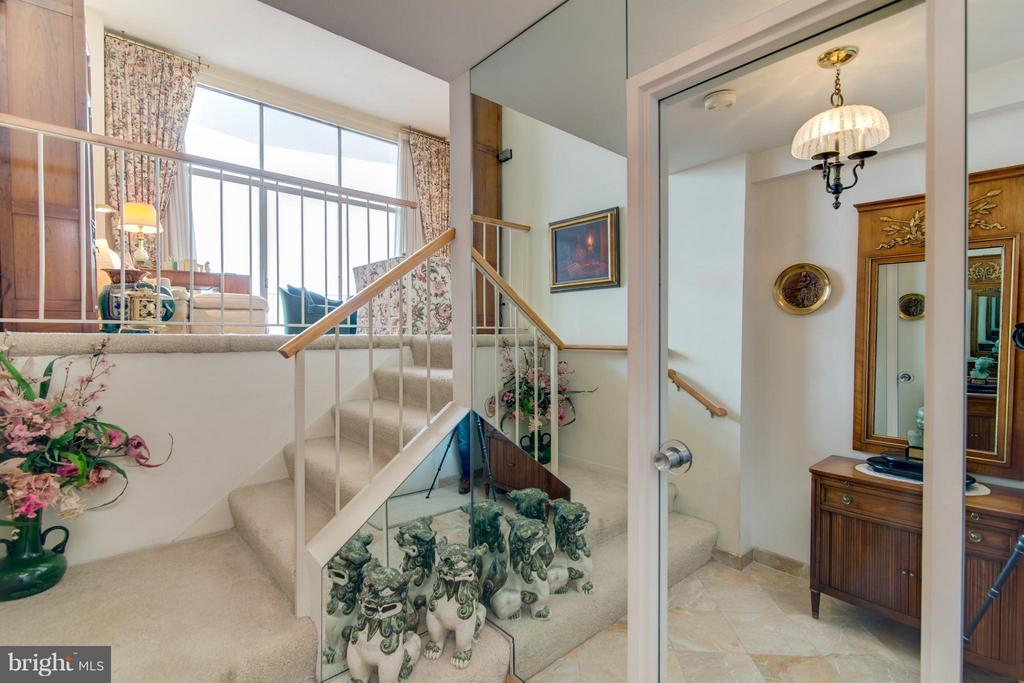 Entry foyer w/steps to expansive LR - 1200 NASH ST #830, ARLINGTON