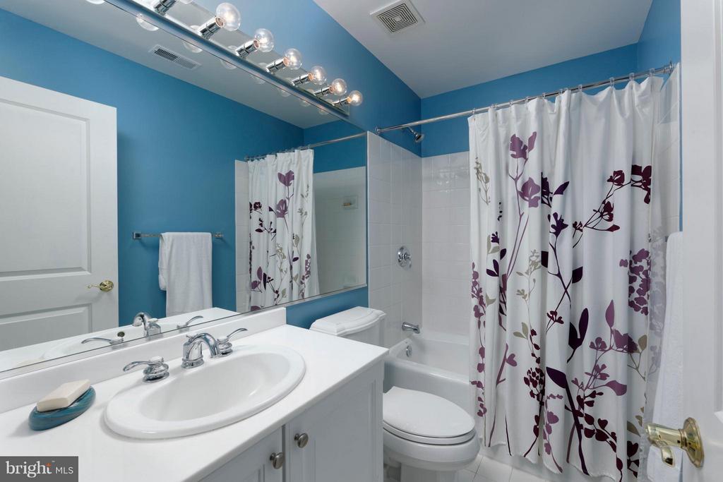 Ensuite bathroom with shower/tub combination - 711 UNION ST S, ALEXANDRIA