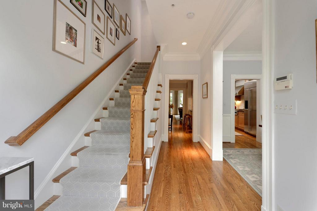 A welcoming foyer with tall ceilings and moldings - 711 UNION ST S, ALEXANDRIA