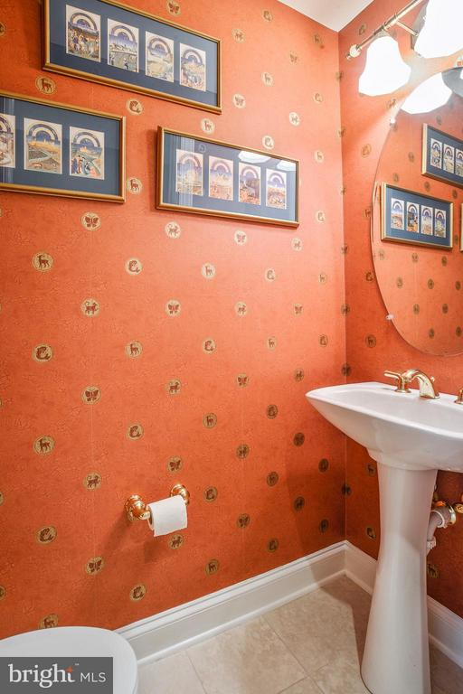 Guest Powder Room neatly tucked away - 1555 COLONIAL TER #501, ARLINGTON