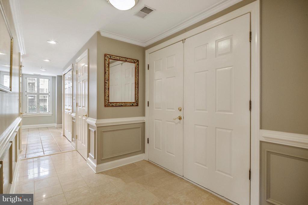 Bright, OPEN Spacious Foyer - 1555 COLONIAL TER #501, ARLINGTON