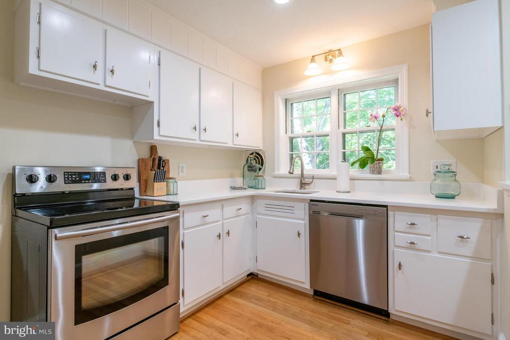 Updated kitchen with SS apps - 6212 RANDALL CT, ALEXANDRIA