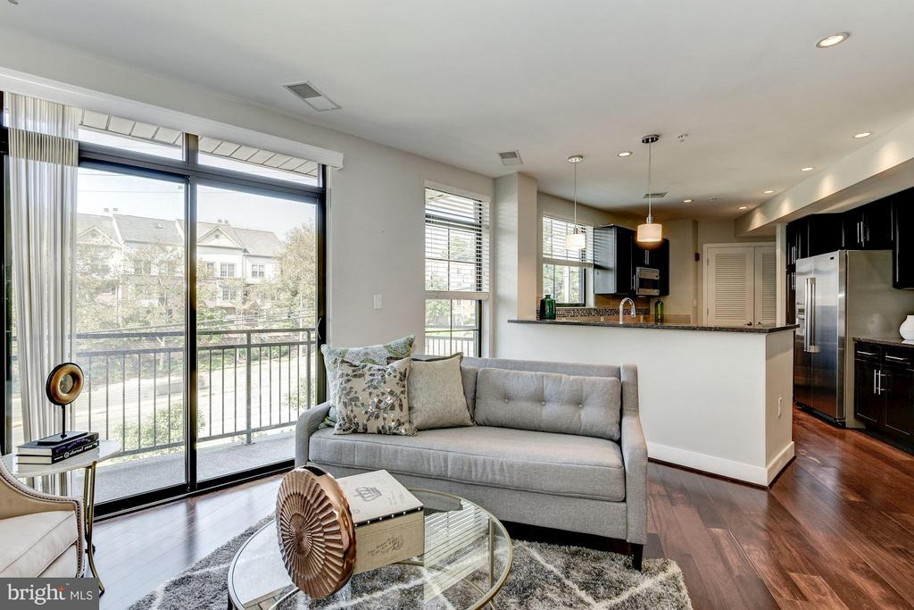 Open floor plan is perfect for entertaining - 2702 LEE HWY #2B, ARLINGTON