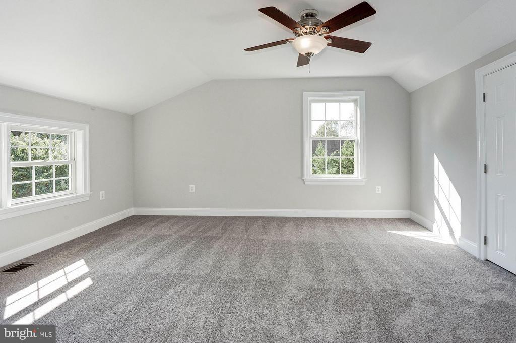 Sunny 4th bedroom on the 3rd floor with full bath - 103 CLEVELAND ST, ARLINGTON