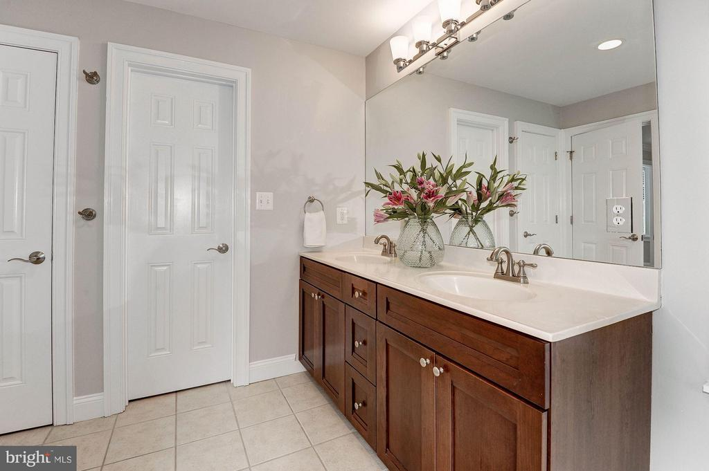 Owner's bath with double sinks - 103 CLEVELAND ST, ARLINGTON