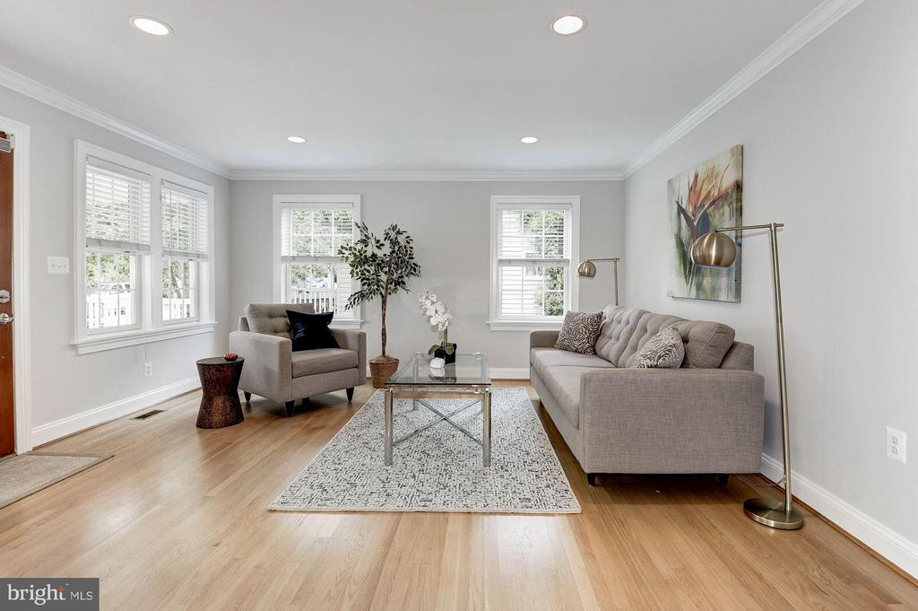 A welcoming living room with big picture windows. - 103 CLEVELAND ST, ARLINGTON