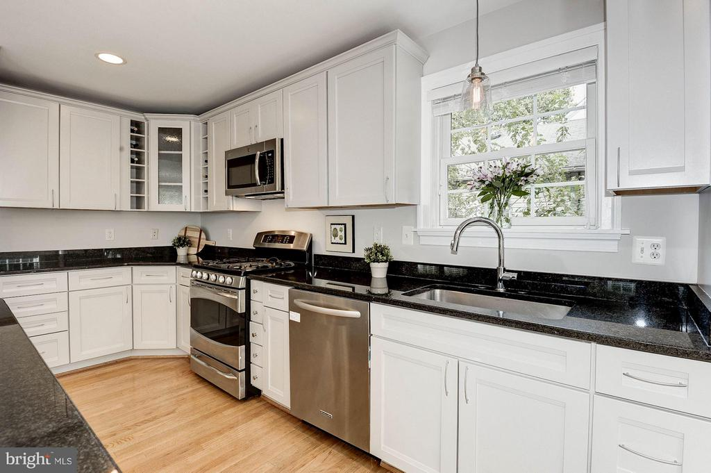 Kitchen has soft gray cabinets w/granite counters - 103 CLEVELAND ST, ARLINGTON