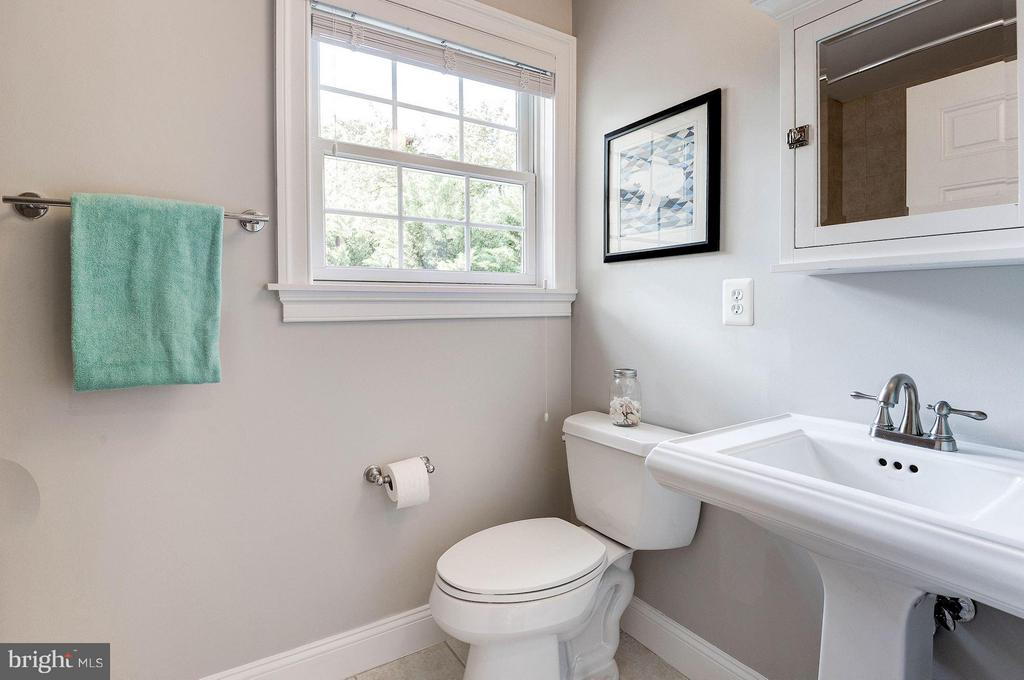 Hall bath on second level - 103 CLEVELAND ST, ARLINGTON