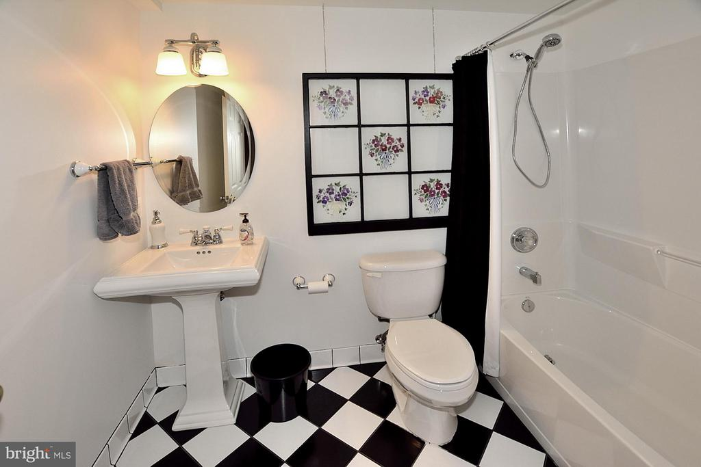 Lower Level Guest Bath - 5211 TULIP LEAF CT, CENTREVILLE