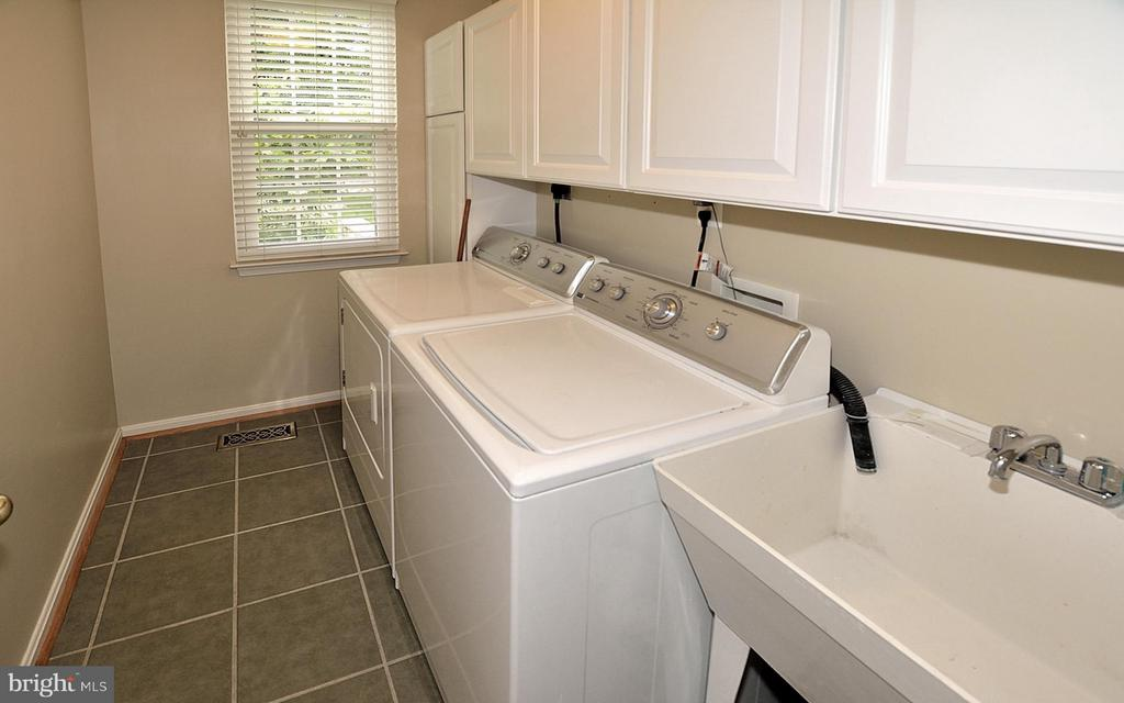 Main Level Laundry Room off Kitchen - 5211 TULIP LEAF CT, CENTREVILLE