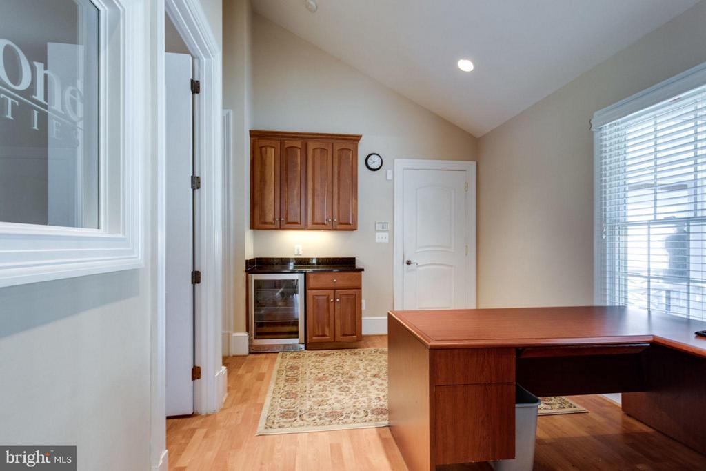 Professional Office with wet bar and full bath - 10431 NEW ASCOT DR, GREAT FALLS