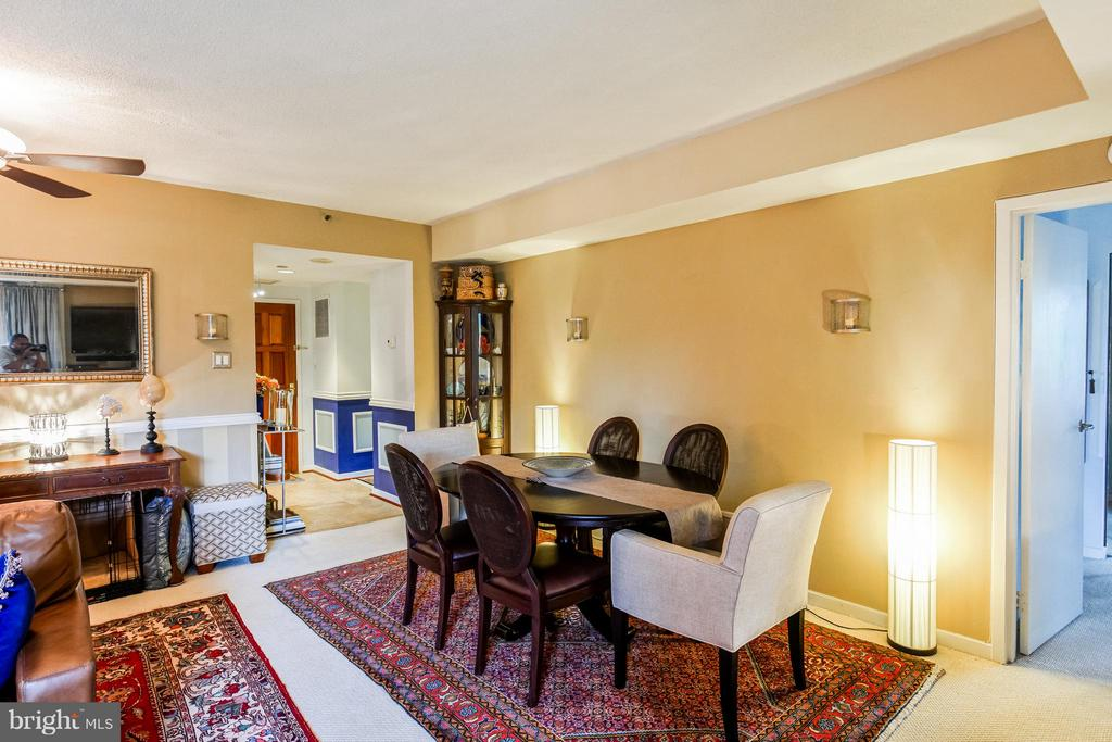Dining Room seats 6-8 - 1530 KEY BLVD #527, ARLINGTON