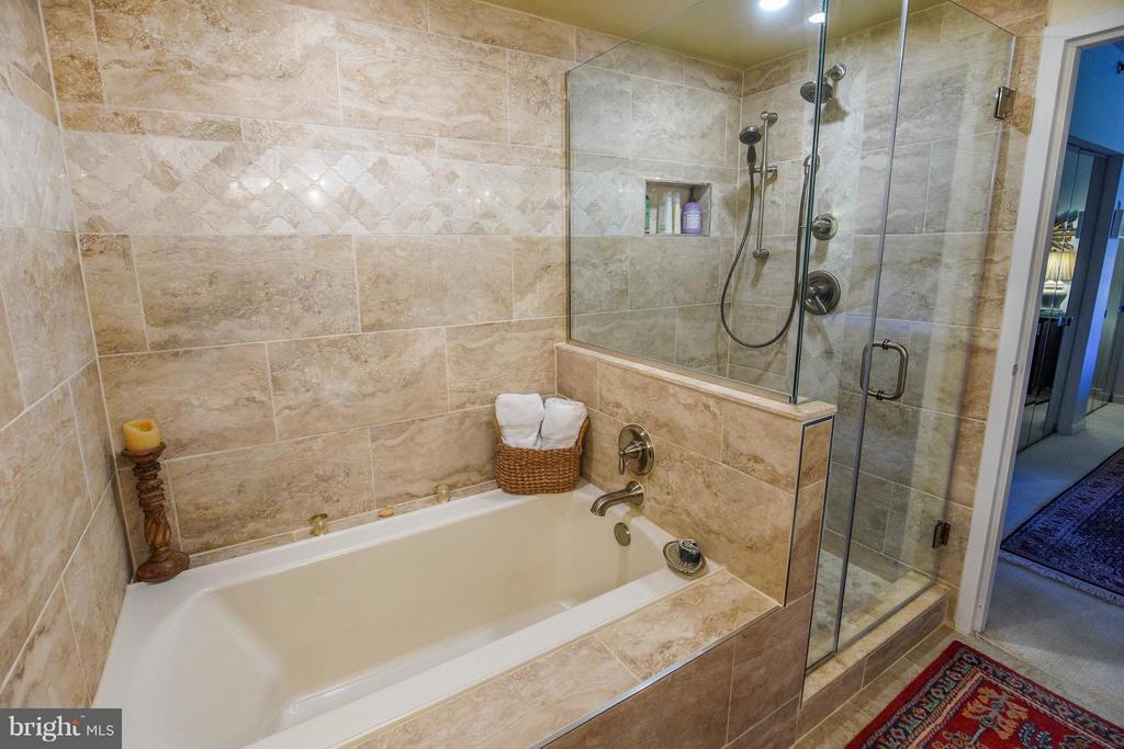 Soaking spa tub and walk in shower - 1530 KEY BLVD #527, ARLINGTON