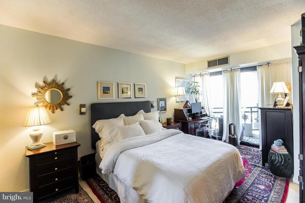 Over-sized bedroom - 1530 KEY BLVD #527, ARLINGTON