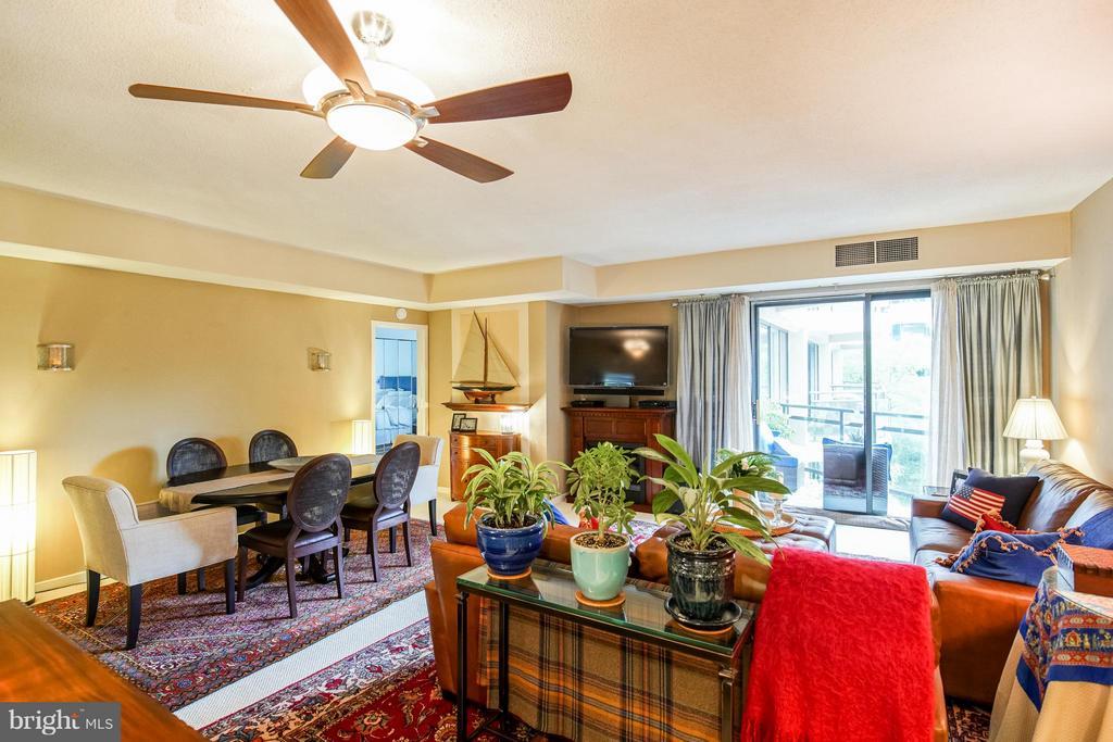 Spacious Dining / Living Room - 1530 KEY BLVD #527, ARLINGTON