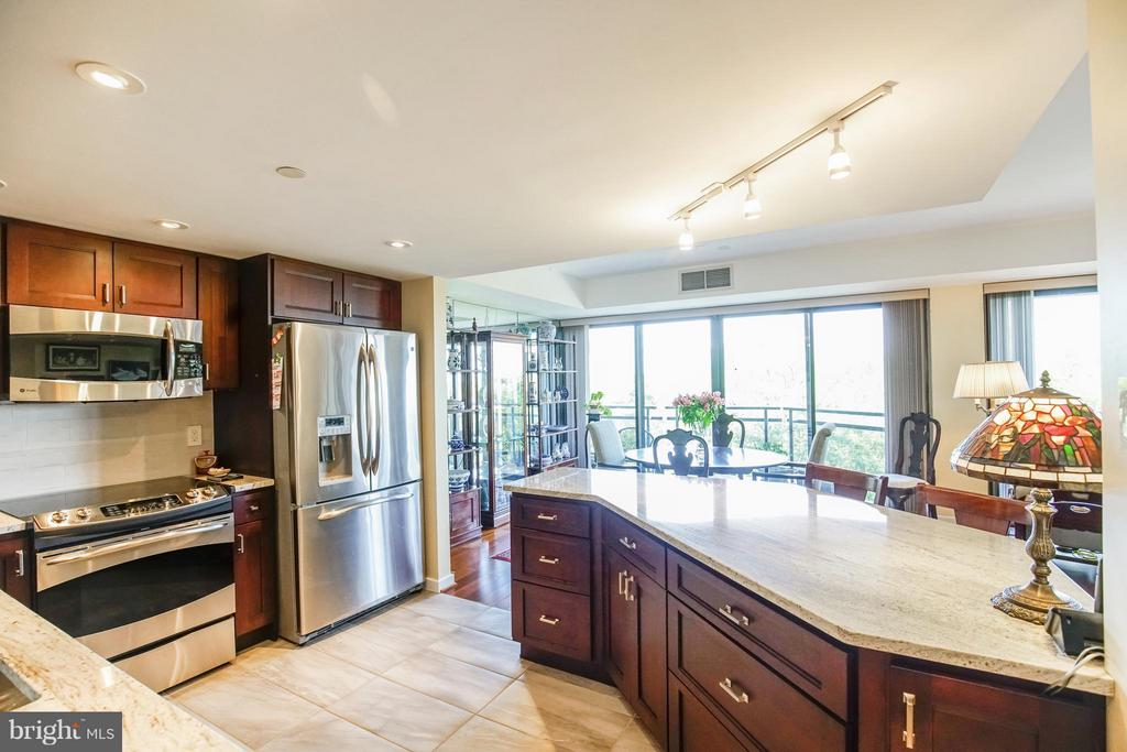 Granite Island / Abundant counter space - 1530 KEY BLVD #506, ARLINGTON