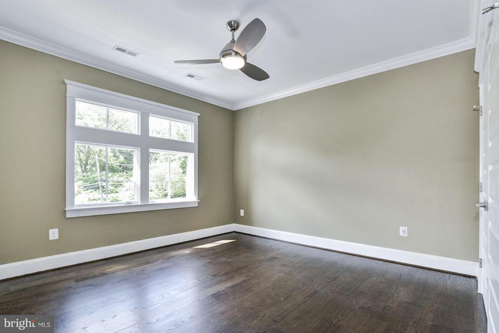 Spacious 4th bedroom or Dressing Room  (Upstairs) - 5601 WILLIAMSBURG BLVD, ARLINGTON