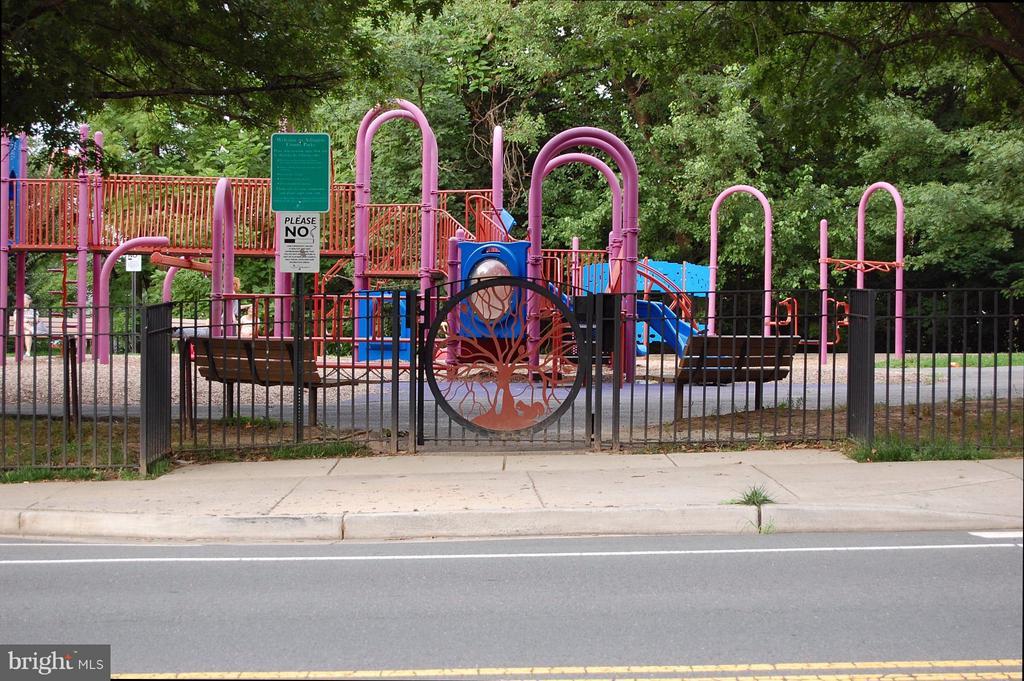 Chestnut Hills Playground - 5601 WILLIAMSBURG BLVD, ARLINGTON
