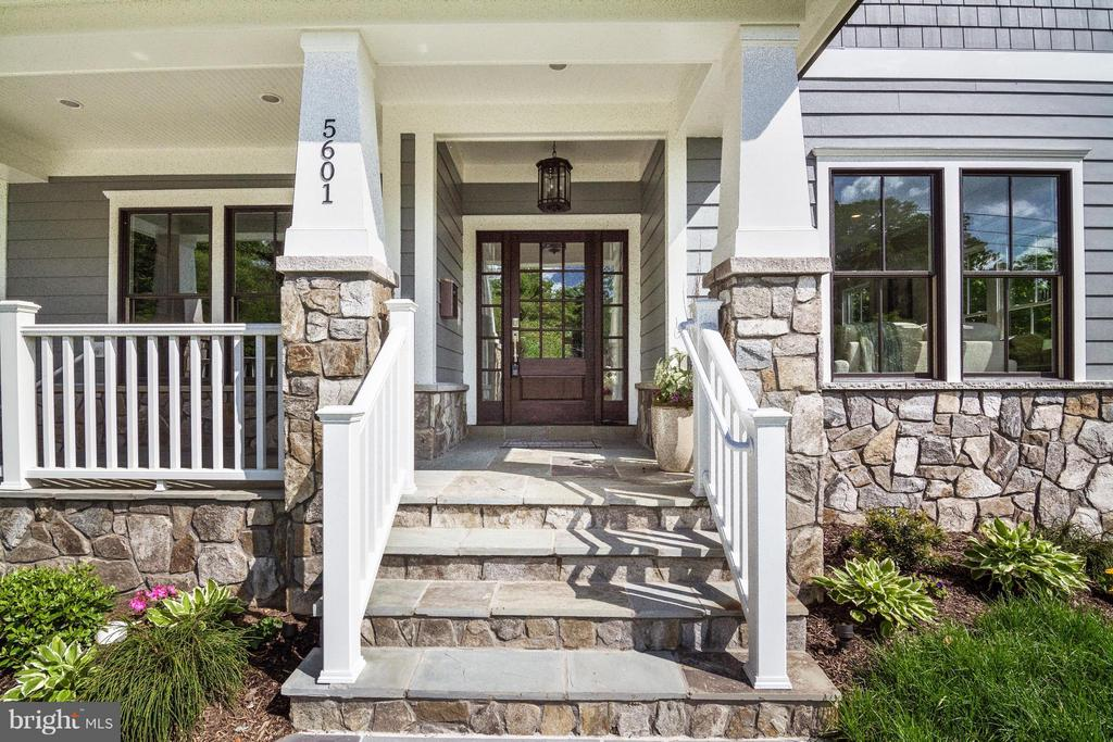 Only a few steps into your 2-story foyer entrance - 5601 WILLIAMSBURG BLVD, ARLINGTON