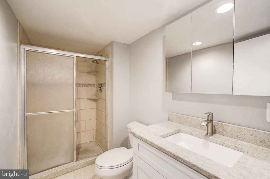 Brand new vanity! Large bathroom - 4600 FOUR MILE RUN DR #303, ARLINGTON