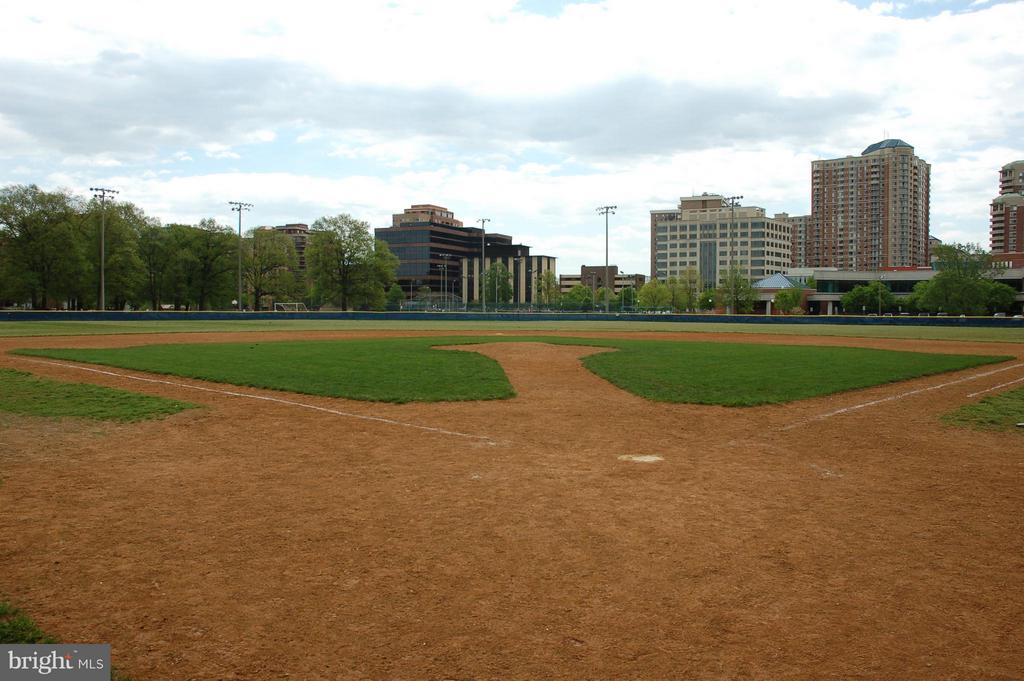 Just steps to Quincy Park with baseball field - 1001 RANDOLPH ST #917, ARLINGTON