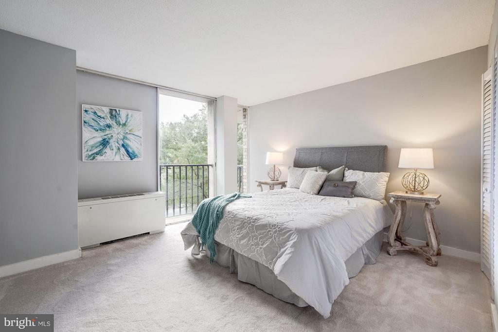 Master bedroom (one of 3 BRs) - 4600 FOUR MILE RUN DR #303, ARLINGTON