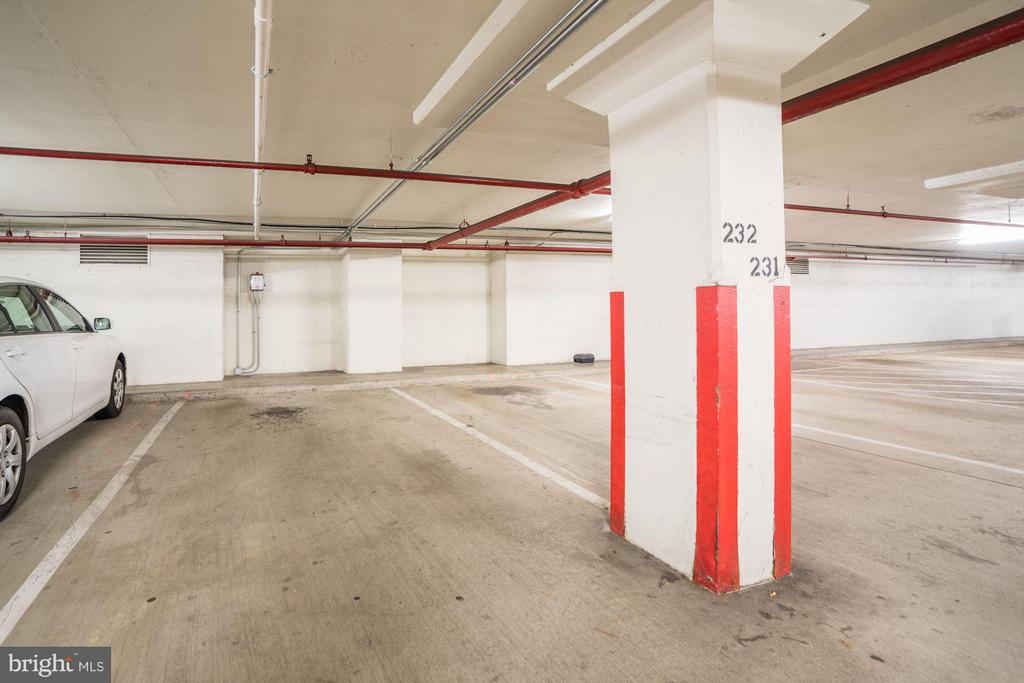 Garage parking! Conveniently located - 4600 FOUR MILE RUN DR #303, ARLINGTON