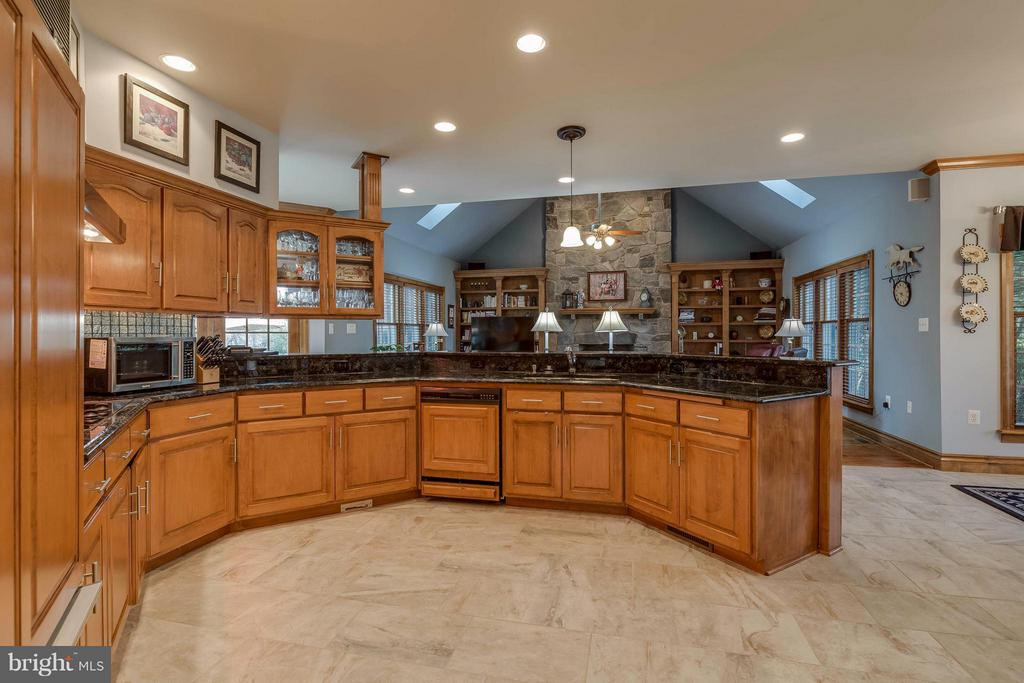 Kitchen w Granite Counters, Thermador Appliances - 40821 HANNAH DR, WATERFORD