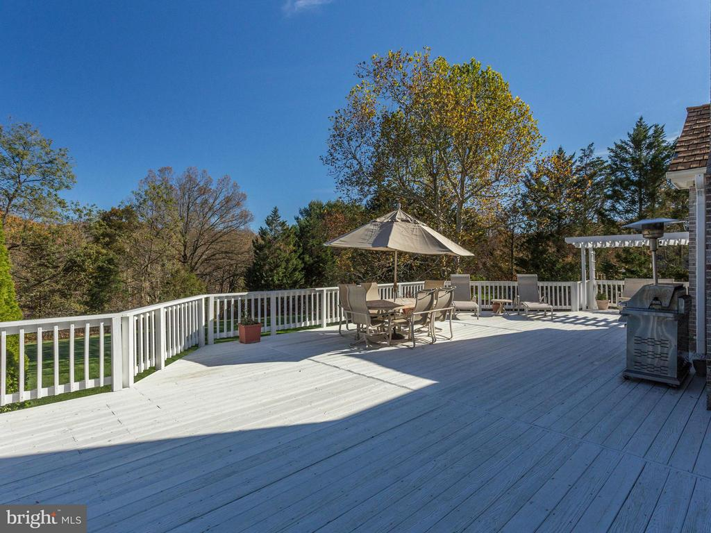 Enormous Deck Overlooking Fenced Backyard. - 2107 POLO POINTE DR, VIENNA