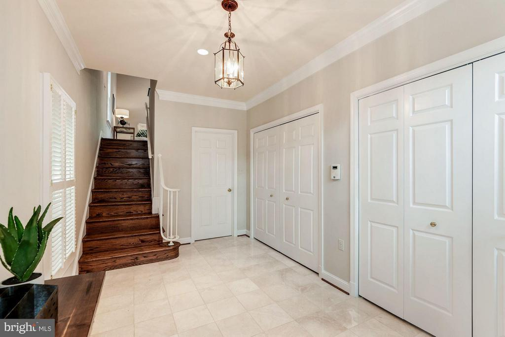 Welcoming Foyer With Ample Closet Space - 223 PRINCESS ST, ALEXANDRIA