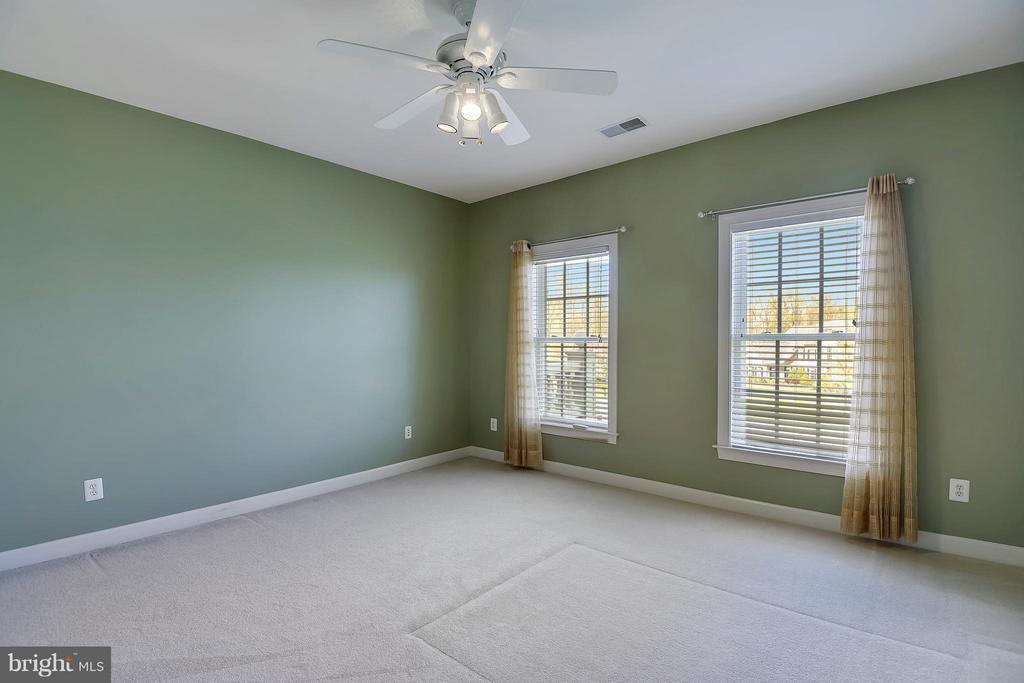 Light filled Bedroom with full bathroom - 42739 CEDAR RIDGE BLVD, CHANTILLY
