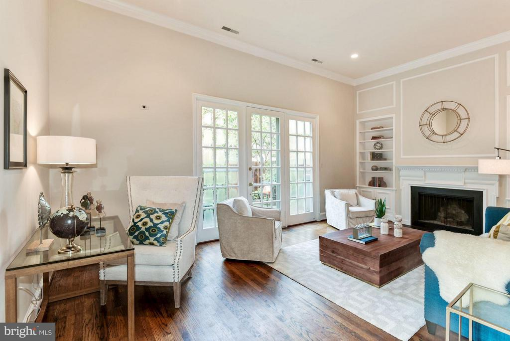 Living Room With Soaring 11' Ceilings - 223 PRINCESS ST, ALEXANDRIA