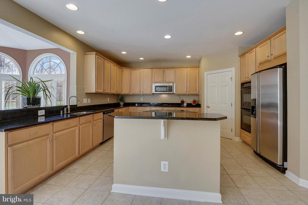 Kitchen - Amazing Island and space. - 42739 CEDAR RIDGE BLVD, CHANTILLY