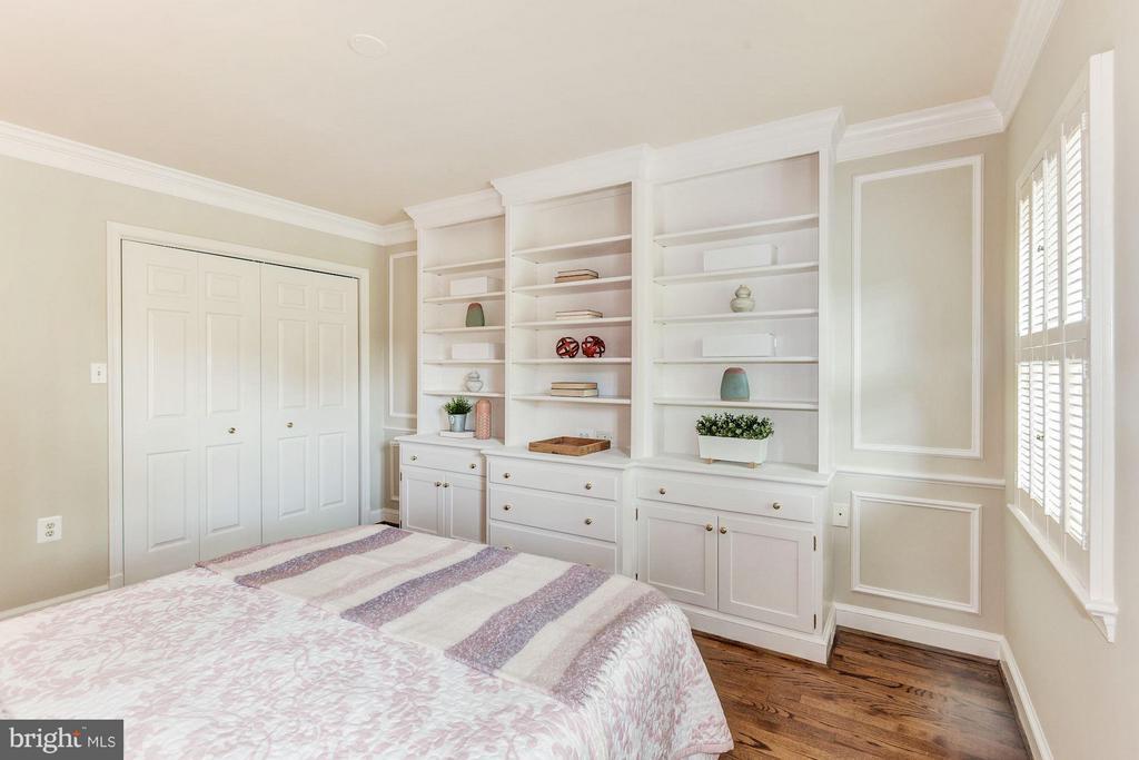 Second Bedroom With Custom Built-ins - 223 PRINCESS ST, ALEXANDRIA