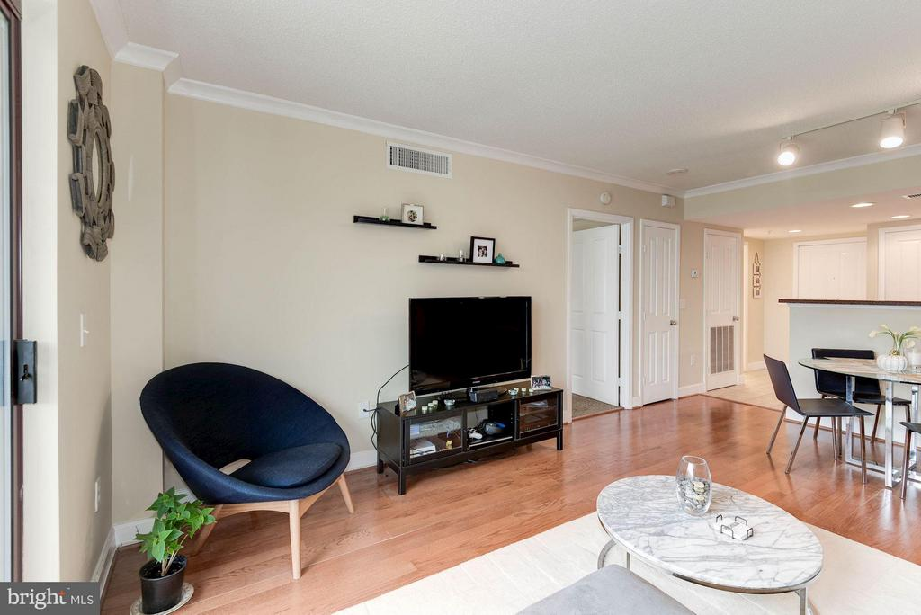 Spacious living room - 1201 GARFIELD ST #602, ARLINGTON