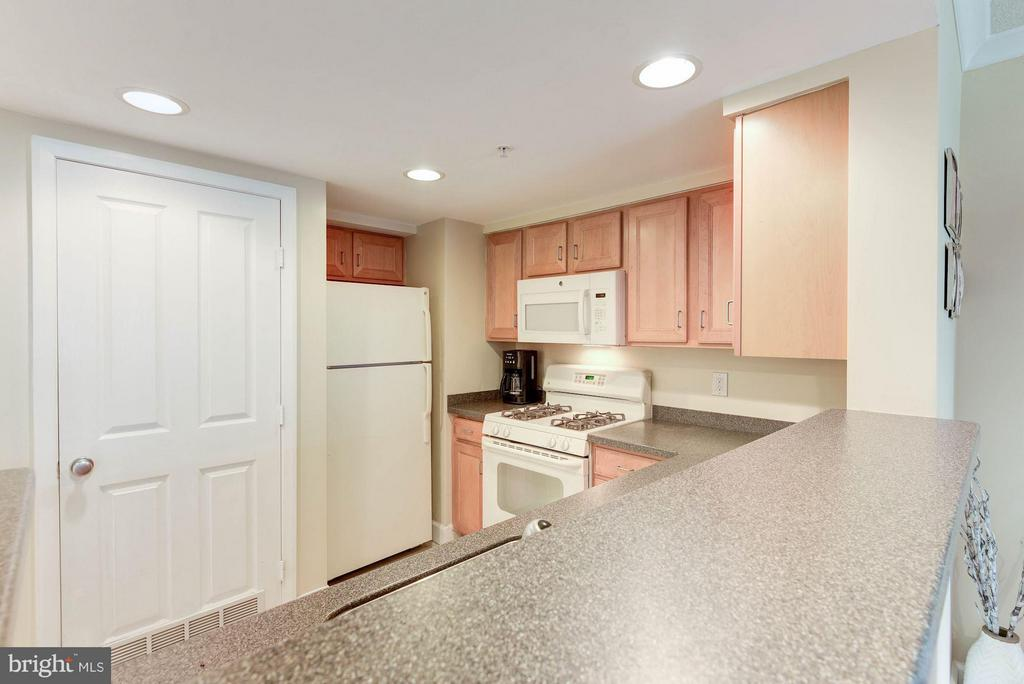 Excellent counter space - 1201 GARFIELD ST #602, ARLINGTON