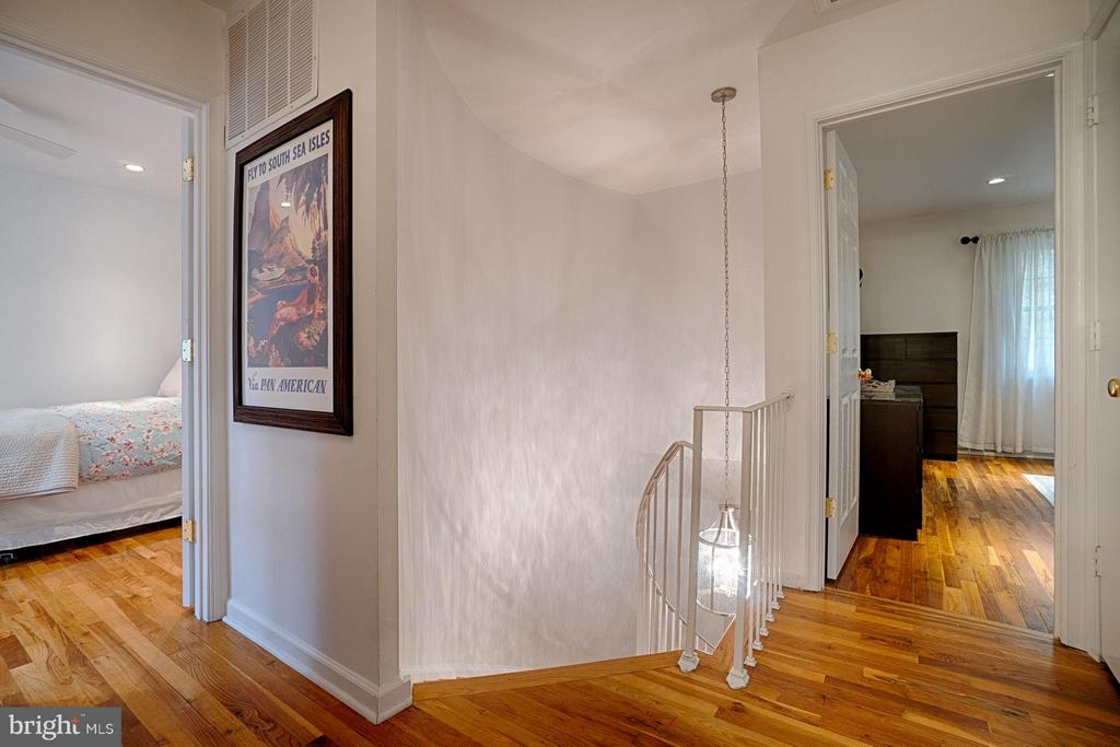 Gorgeous Hardwoods Throughout! - 6018 WATERBURY CT, SPRINGFIELD
