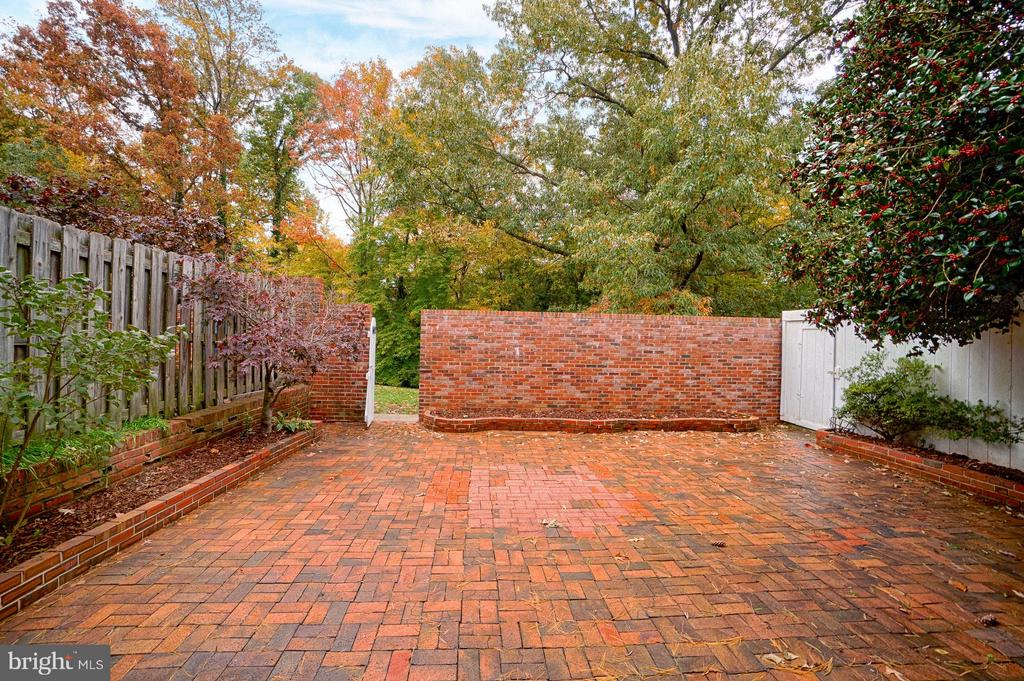 All Brick patio w/ flower Beds and backs to Trees! - 6018 WATERBURY CT, SPRINGFIELD