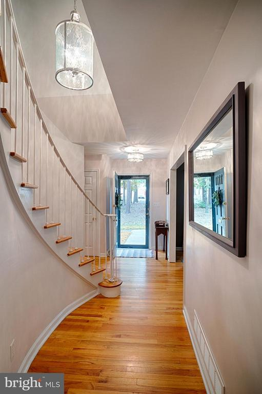 Foyer w/ gorgeous curved staircase - 6018 WATERBURY CT, SPRINGFIELD